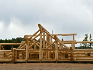Assembling a log home with our Link-Belt 8690 (90 Ton)